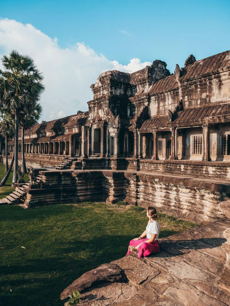 chica posando dentro del templo de Ankor Wat en Siem Reap