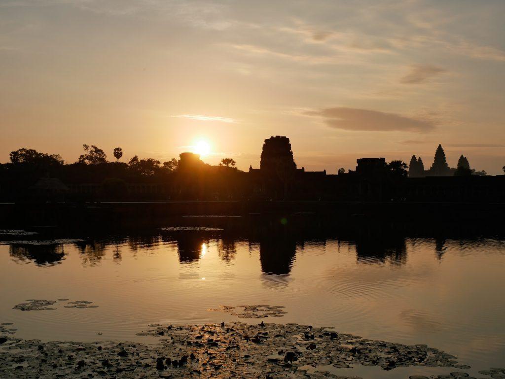 atardecer desde la entrada del templo de Angkor Wat en Siem Reap