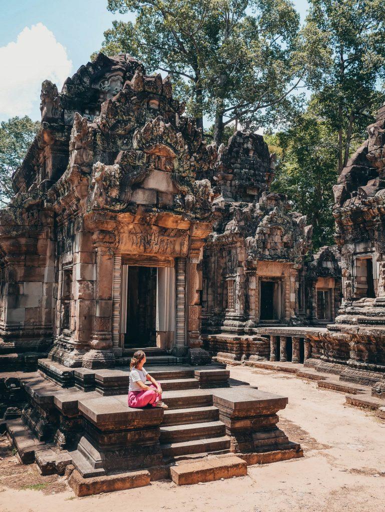 chica posando en alguno de los templos de Angkor Wat en Siam Reap