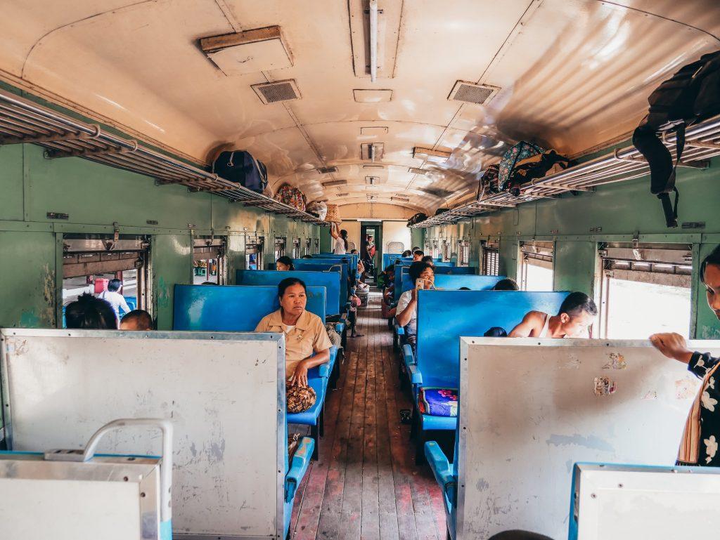 tren local lleno de locales en Myanmar