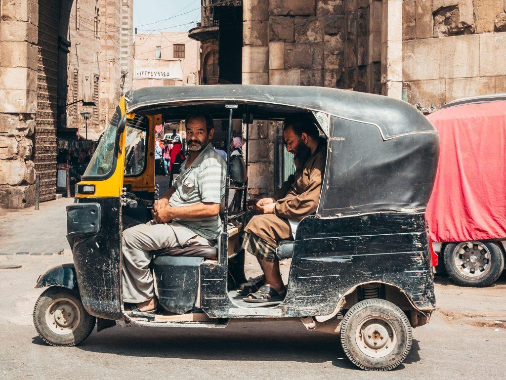 locales egipcios subidos en un tuk tuk