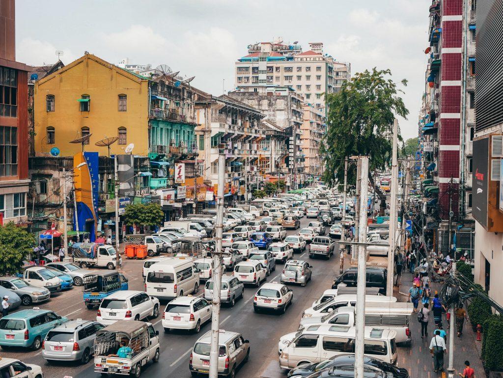avenida de Yangon repleta de coches